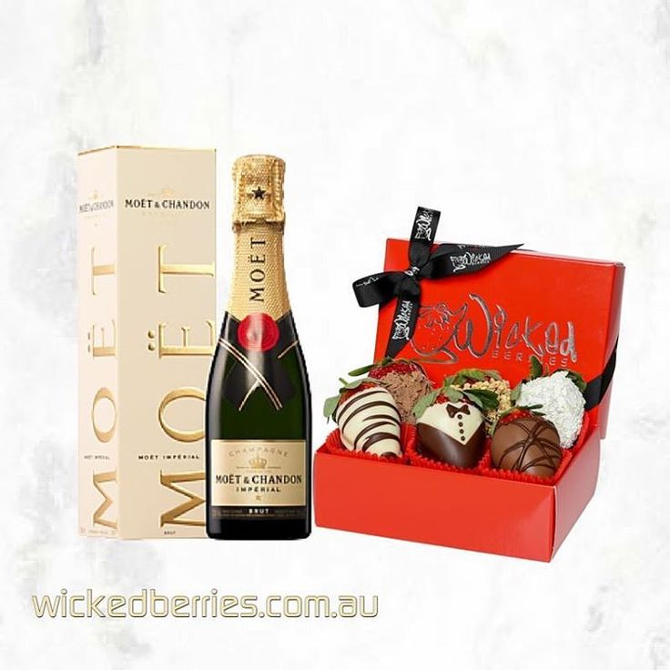 Strawberries and Champagne. #nootherwordsneeded  http://ow.ly/a8kB300PgOp.  Link in bio #wickedberries #goldcoast #brisbane #sydney #chocolatedippedstrawberries #chocdippedstrawberries #hampers #gifts #strawberries #chocolate