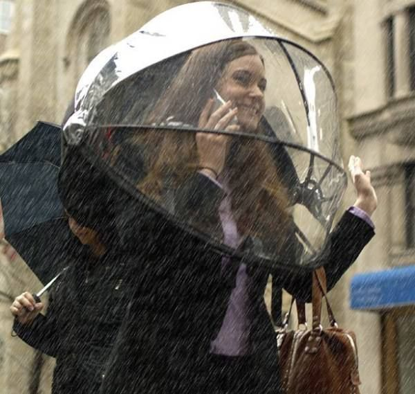 「Nubrella」は、両手が自由に使える傘。バックパックのように背中に背負って使用する。通常の傘よりも風に強く、最大風速18メートルの風に耐えられる。自転車通勤にも使用できると、開発者は主張している。