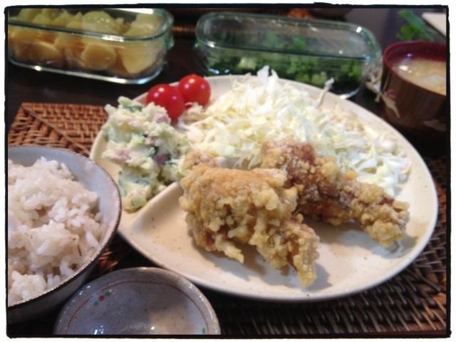 夕ご飯:手羽元の唐揚げ、ポテトサラダ、白菜のお味噌汁(合わせ)、せんキャベツ、ミニトマト、壺漬け、野沢菜。