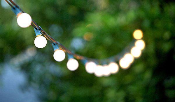 unvergessliche Gartenparty im Sommer lichterkette idee beleuchtung