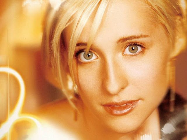 Allison Mack Hot Pictures, Photo Gallery & Wallpapers
