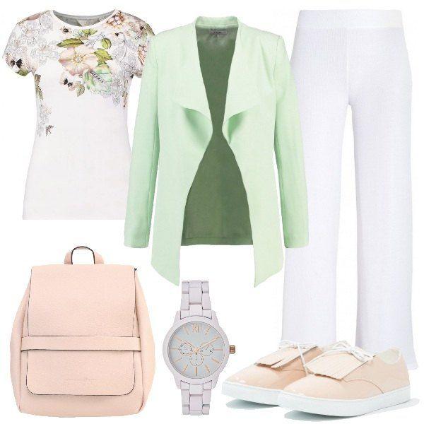 Sotto il blazer verde chiaro troviamo la t-shirt con scollo tondo e stampa floreale e i pantaloni bianchi larghi con la vita alta. Ai piedi le sneakers a punta tonda con le frange. Completano il look lo zainetto rosa chiaro e l'orologio analogico.
