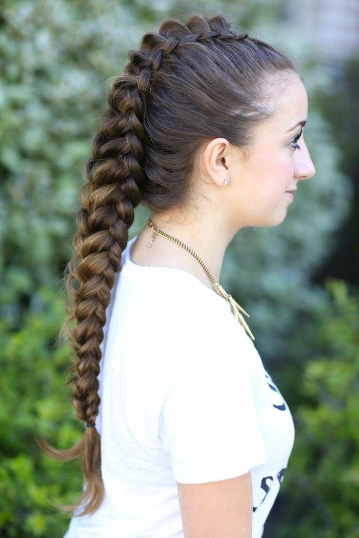 femme viking, cheveux longs et brunes, mèches blondes, coiffure tressée, collier ethnique, t shirt blanc