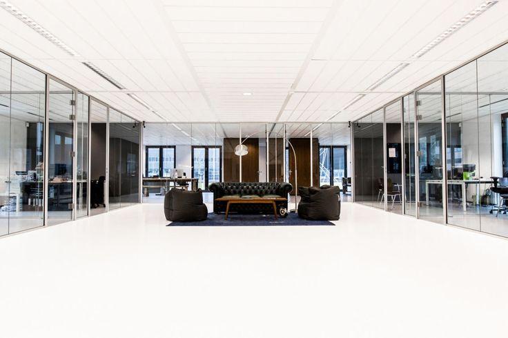 De #chesterfield #banken in combinatie met moderne zitzakken en strakke #kasten zorgen voor een huiselijke en #warme #sfeer in het #kantoor.