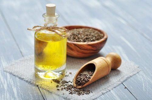 インド料理やメキシコ料理によく使われる香辛料のクーミン。精油もスパイシーで土のような独特な香りです。精油は乾燥させた種子を砕いて水蒸気蒸留法により作られるわけですが、精油となって多くの薬効が発揮されます。#エッセンシャルオイル#アロマレシピ#アロマテラピー#ハーブ#ガーデニング