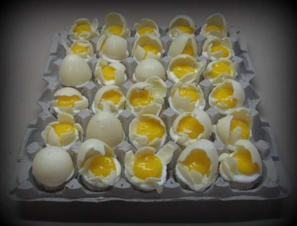 Broken Eggs Cupcakes.  Mini cupcakes, yoke is colored lemon pudding, egg shells are white chocolate.: Lemon Puddings, White Chocolates, I'M Broken, Colors Lemon, Eggs Shells, Easter Eggs, Eggs Cupcakes, Minis Cupcakes, Broken Eggs