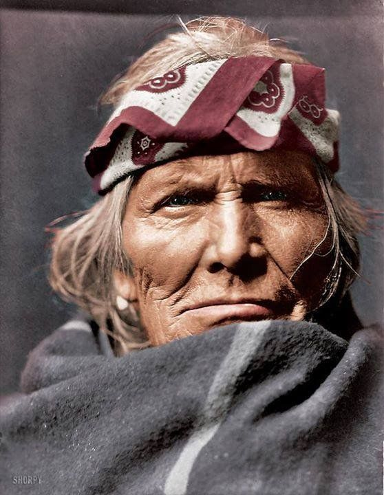 Este retrato de color hecho a mano del anciano de la tribu Zuni llamado Si Wa Wata Wa fue tomada en el año 1903. Una mirada fiera y noble