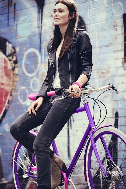 Niña y su fixie (piñón fijo y con una velocidad). Bicicletas muchachas del amor.