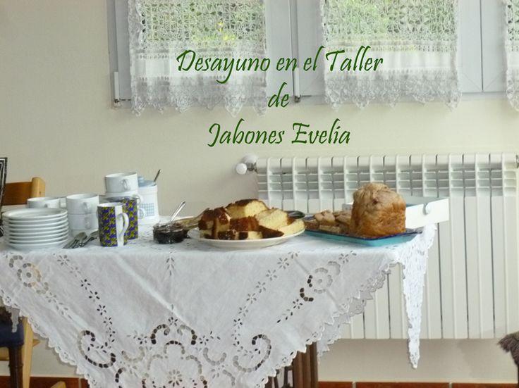 Desayuno a media mañana para reponer fuerzas. Taller de Jabones Evelia en el Hotel Los Abetos de Quintes (Asturias)