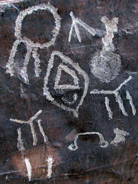 Însă simbolistica IYI este mult mai veche, regăsindu-se în ideogramele proto-elamite din mileniul III î.e.n., descoperite în Iran, precum şi pe sigiliile civilizaţiei Harappa, dezvoltată cu peste 5200 de ani în urmă în Valea Indusului. Timarah, Munţii Khomein, Iran, inscripţie proto-elamită datată la 2300 î.e.n., existentă în Compexul Istoric Niavaran.