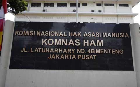 "KIBLAT.NET, Jakarta – Tim Komisi Nasional Hak Asasi Manusia (Komnas HAM) RI kini tengah melakukan investigasi terkait kematian terduga teroris Siyono (34 tahun) warga Dukuh Brengkungan, Desa Pogung, Kabupaten Klaten, Jawa Tengah. ""Kami sudah melakukan investigasi sejak kematian Siyono, dan saat istrinya, Suratmi berada di Jakarta serta kini ke lokasi kejadian di Klaten,"" kata Siane …"