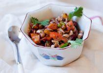 Σαλάτα με μαυρομάτικα φασόλια, πιπεριές και σος από βότανα.
