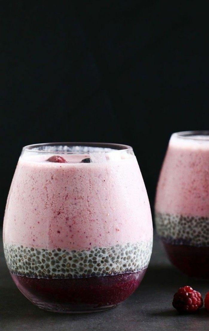 recette de smoothie à étages, smoothie aux fruits rouges avec graines de chia