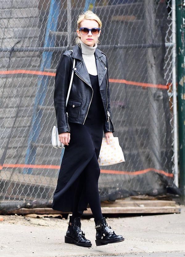Emma Roberts mostra como contrapor o lado rocker das botas  com a delicadeza da meia-calça.