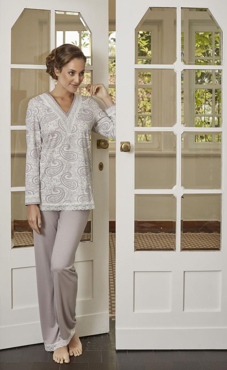 La plus belle Pyjama 6481212 Das modische Paisley-Muster dieses Pyjamas wird durch die Spitzenverzierungen am Halsausschnitt, den Ärmeln und am Saum wunderbar zur Geltung gebracht. Schöne Kombination mit unifarbener Hose und Spitzenabschluss am Bein.