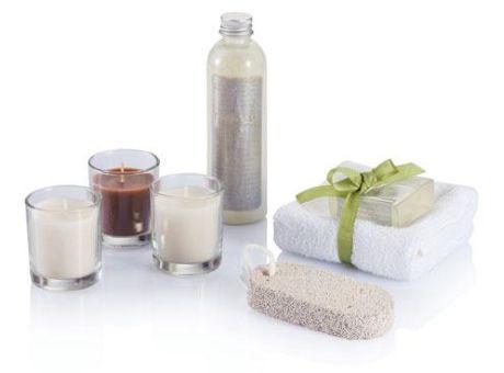 Set de baño. Incluye 3 vasos de cristal con velas, toalla, pastilla aromática de jabón, piedra pómez blanca y botella con sales de baño. Presentado en caja de regalo con tapa separada. #promopresent #regalosdeempresa