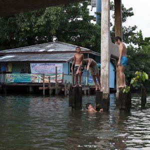 Terwijl we in Nederland lijden onder onze hittegolven en alle naweeën daarvan is het in Thailand gewoon heet. Wat doen kinderen daar dan, ze zoeken een lekker plekje om te gaan zwemmen in Bangkok