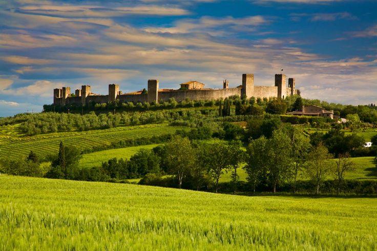 Monterrigioni  Este pedazo de paraíso pegado a Siena aúna dos de los elementos característicos de un pueblo bonito. Primero, la colina y segundo, la muralla.Sirvió como plató para filmes como La vida es bella o Gladiator.