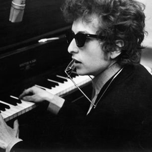 Singer finally makes an official video for his classic 1965 song  Read more: http://www.rollingstone.com/music/news/bob-dylan-goes-interactive-in-like-a-rolling-stone-clip-20131119#ixzz2l84LPywX  Follow us: @Rolling Stone on Twitter | RollingStone on Facebook Bob Dylan Goes Interactive in 'Like a Rolling Stone' Video | Music News | Rolling Stone