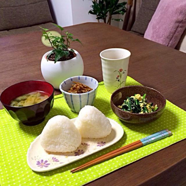 野菜たっぷりの和食っす!メッチャ落ち着くわ〜。(^u^) - 18件のもぐもぐ - 塩おにぎり、長ネギのお味噌汁、きんぴら牛蒡、ほうれん草の卵炒め by pentarou