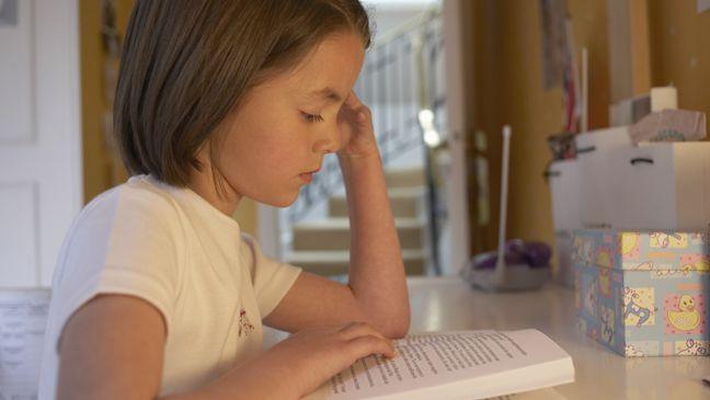 Een kind start met spellend lezen, maar leest daardoor niet vloeiend. Daarom moet het vooral veel lezen, snelheid is daarbij van minder belang.
