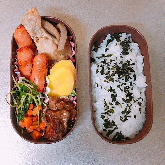 今日のお弁当🍱 今日は肉づくし🍖  #鶏肉 #ウインナー #オムレツ #豆苗 #にんじん #肉 #わかめごはん