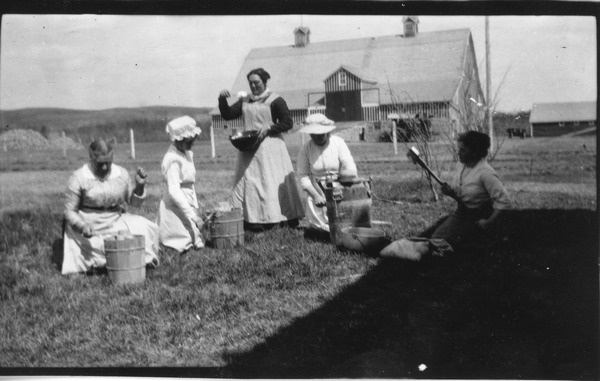 Mrs. Isabelle Bryce and four other women churning ... | saskhistoryonline.ca