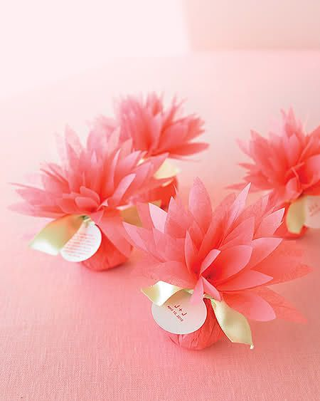 Freebies & Inspiration - DIY tissue flower wrapped party favor parcels