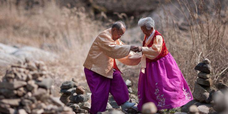 La soie se consume lentement dans l'âtre du foyer. Rose tendre, bleu pastel, jaune d'or, les élégants tissus des hanboks, les tenues traditionnelles coréennes, se font cendres grises. C'est ainsi qu'en Corée on brûle les vêtements de celui dont on attend la fin. Il doit avoir de quoi s'habiller une fois la rivière des morts franchie. « C'est ce qu'on dit », glisse Kang Kye-yeol, petite mamie à la chevelure argentée, le tison à la main et les larmes aux yeux. Voilà soixante-seize...