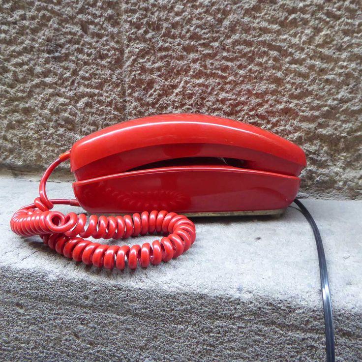 Teléfono Góndolafabricado por Citesa durantelos 60-70. Realizado en baquelita deun precioso color rojo. Todo un clásico de la época! Totalmente restaurados, adaptados a las líneas actuales y funcionando a la perfección. Ojo!! si tienes ADSL con Vodafone, u Orange, no podrás llamar con estos teléfonos, sólo recibir llamadas. No funciona con fibra óptica, necesitarás un …