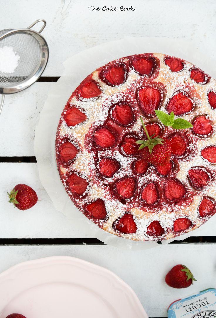 Najprostsze ciasto jogurtowe z truskawkami