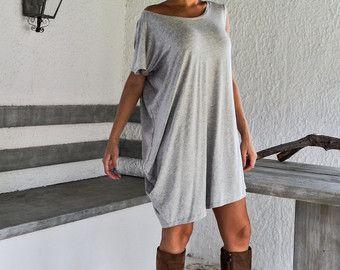 Hors Boocle blanc chaud laine tricoté Blouse asymétrique / hors Boucle blanc chaud hiver tunique / asymétrique Blouse / Oversize Blouse en vrac / #35153  Cette blouse asymétrique élégante et confortable est une création « must have ». Vous pouvez le porter avec un pantalon, avec un Jean ou avec des collants.   -Point à-la-main  -Matériaux : Watm tricoté blanc Boucle tissu  -Le modèle de porte : taille - petit, couleur-blanc cassé  -Ajustement : Ajustement libre  -Longueur ...