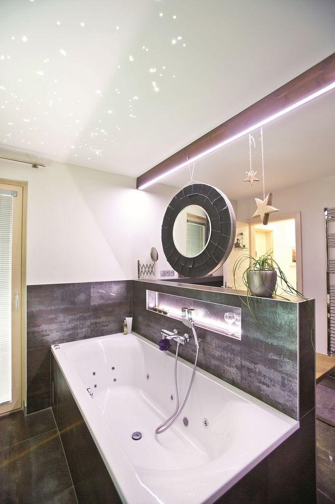 Veľká vaňa sa skrýva  za murovanou stenou, po vstupe  do kúpeľne by ste ju pohľadom  hľadali márne.
