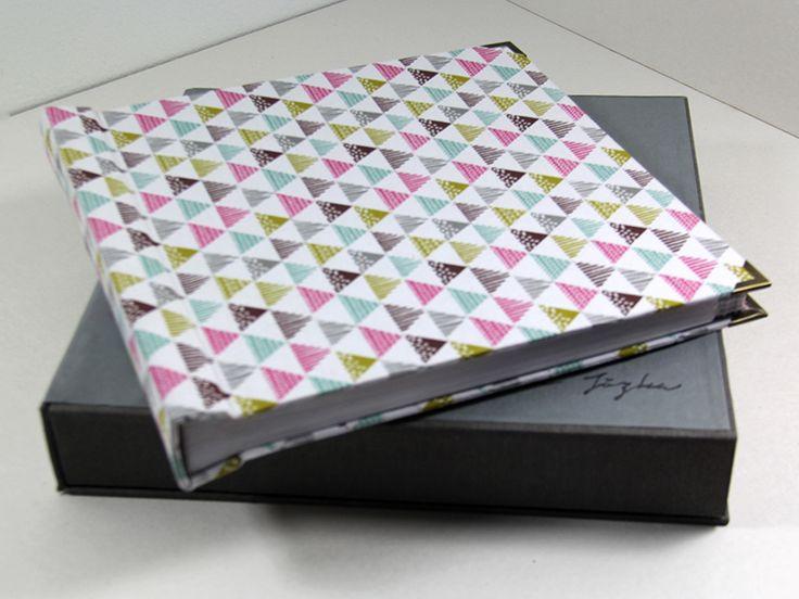 Klasyczny, ręcznie wykonany album na fotografie. Album obleczony jest bawełnianym płótnem o geometrycznym wzorze.   Do kupienia w sklepie internetowym Madame Allure!