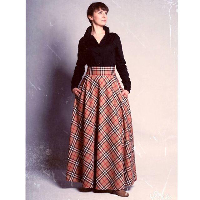 Spódnica z klosza:) Uszyta z lejącej się, lekko grubszej wiskozy, w sam raz na taką zimę, którą mamy w miastach ;) Z kieszeniami, zapinana suwakiem. Obwód pasa: 70-75 cm, długość: 110 cm. Cena: 200 zł. #skirt #longskirt #amazing #stylish #krata #karmel #czarna #biała #czerwona #elegancja #kobieta #woman #żakiet #biuro #kancelaria #koszula #blogger #randka #egzamin #wystąpienie #scena #glamour #retro #vintage #dandys