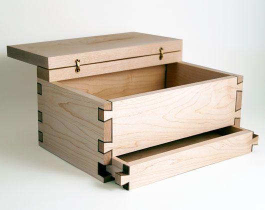 Een mooi kistje gemaakt van Esdoornhout, met een klein laagje notenhout wat de zwaluwstaartverbinding goed zichtbaar maakt. Het kistje is helemaal met de hand vervaardigd.  Het heeft een groot vak en een laatje, en is te gebruiken als sieradenkistje of keepsake kistje. Kan ook voorzien worden van een slotje.  Materiaal: Esdoornhout, notenhout Afmeting: (b)26 x (h)12 x (d)16 cm Prijs: € 160,-*