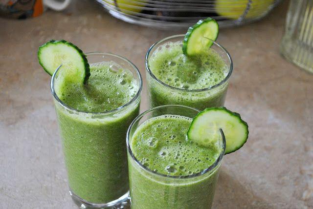 Zielone koktajle: jarmuż + ogórek + gruszka + woda z młodego kokosa