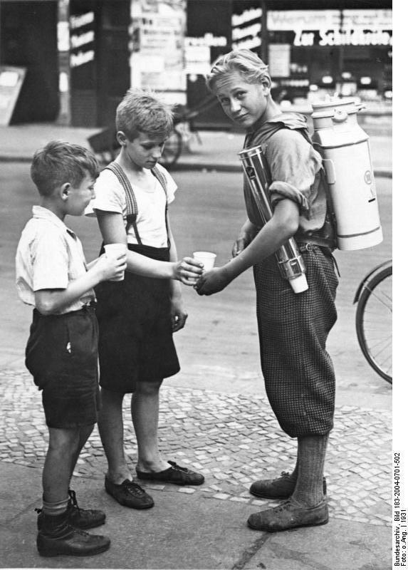 Deutschland. Zwei junge Jungen Limonade während 1931 in Berlin kaufen