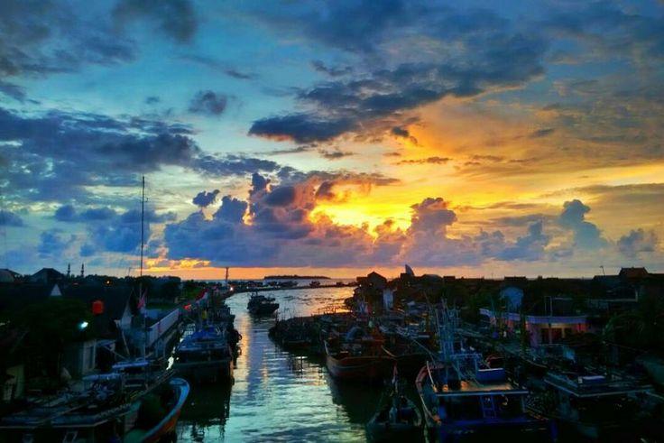 Kadang #LDR paling uadoh kuwi ora mung dipisah jarak nanging iso ugo sing dipisah kesibukan masing-masing. #eaaak  @budislankcooters - Senja tlah datang matahari tenggelam siang pun hilang di gantikan malam.  Lokasi: Jembatan Cinta Jepara / Pelabuhan Jepara. Tanggal: 23-03-2016 Pukul: 17.55  #pelabuhanjepara #exploreujungbatu #visitjepara #jatenggayeng #indonesia_photography #instanusantara
