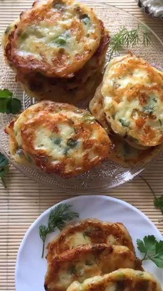 Kräuter-Käse-Oladi mit körnigem Frischkäse – einfaches Rezept