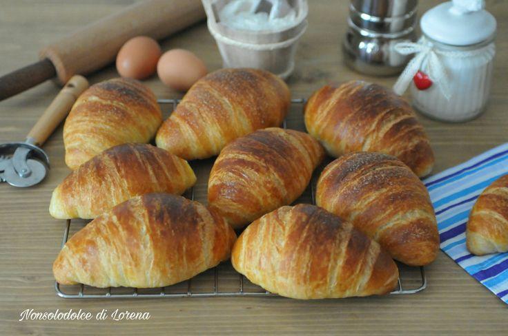Croissant sfogliati con impasto diretto e lievito naturale - dopo diverso tempo che non li preparavo, domenica scorsa mi è venuta voglia di fare i croissant
