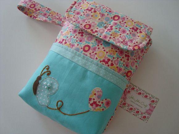 Porta fraldas confeccionado em tricoline (100% algodão), bolso frontal com aplicações e bordados.  É uma peça super prática e delicada para organizar as fraldas do seu bebê em sua bolsa.  Comporta um pacotinho de lenço umedecido, três fraldas e uma pomada.
