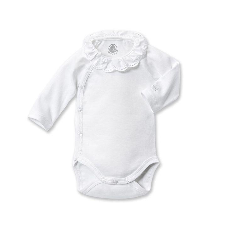 Prachtige puur witte romper met mini overslag en lieve kanten kraag, heel zoet!
