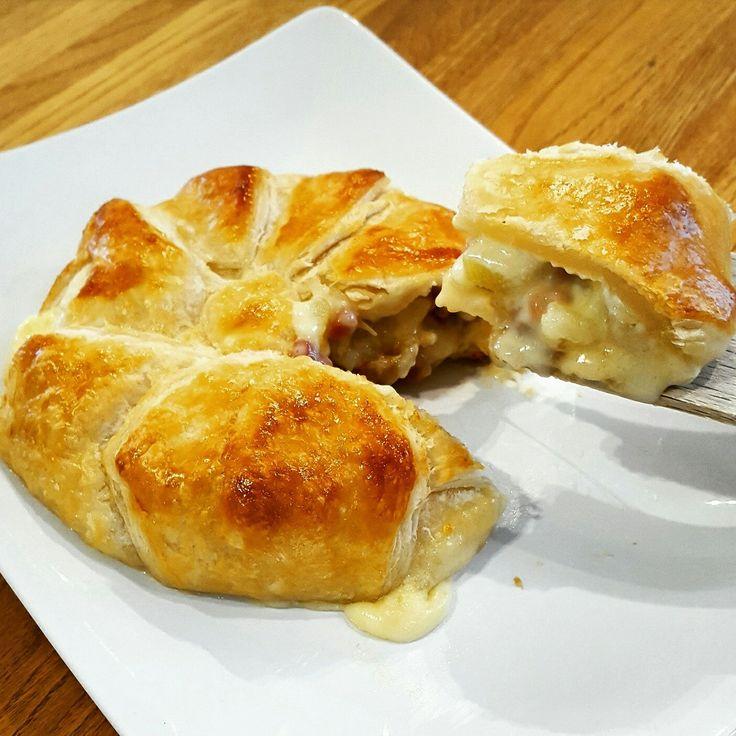 Camembert asado en hojaldre cin cebolla, patata y jamon