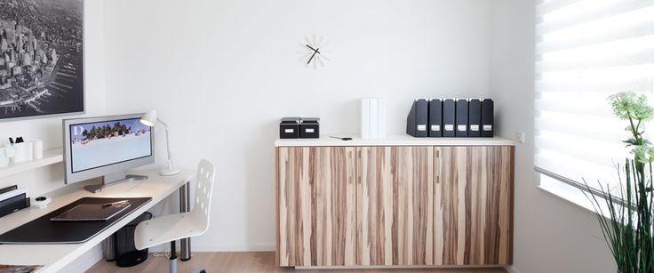Modern bureau met sideboard op maat voor dossiers en overige kantoor artikelen. Volledig naar wens en op maat te ontwerpen.