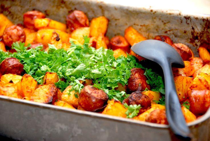 Pølsemix i ovn med pølser, kartofler og løg