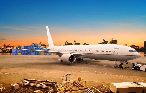 Фото обои небо, асфальт, закат, огни, самолет, река, вечер, порт, пассажирский, контейнера
