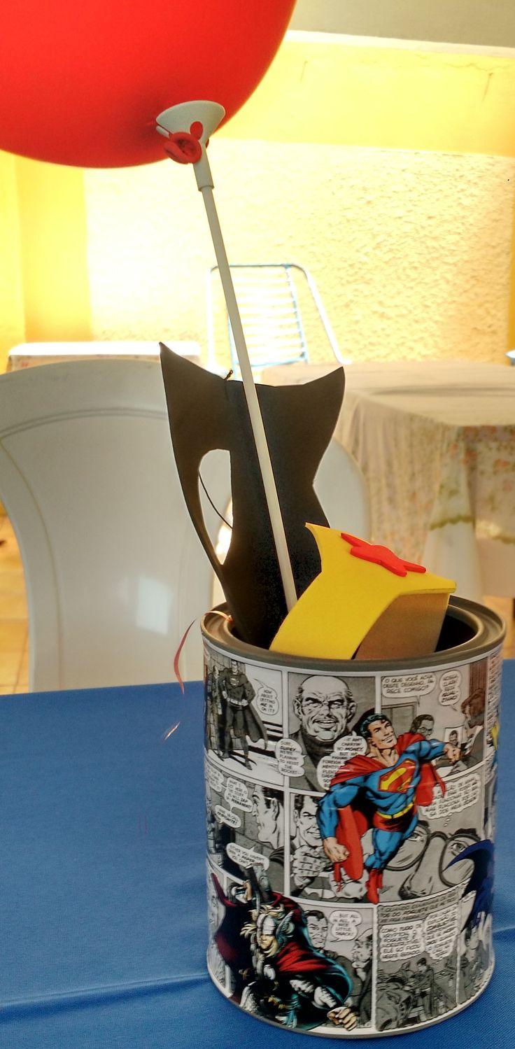 Centro de mesa: lata de leite em pó adesivada com arte de gibi.