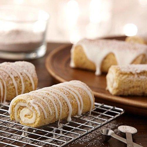 Maak heerlijke kaneel cake rollen met dit recept! De cake rollen zijn eenvoudig te bereiden met de FunCakes mix voor Biscuit en de Wilton Coil Cakes pan.