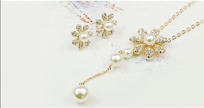 Set bijuterii placate cu aur 18KRGP, perle si cristale Austria Stellux Collection, format din lantisor cu pandantiv si cercei asortati, un set deosebit de fin si elegant cu o stralucire de exceptie - 69 RON. http://www.bodyandbijoux.ro/bijuterii-placate-cu-aur/seturi-bijuterii-placate-cu-aur.html